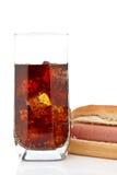 Hotdog und Sodaglas Stockfoto