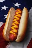 Hotdog und US-Markierungsfahne Lizenzfreie Stockbilder