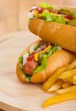 Hotdoge im Brötchen mit Stockfotos