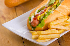 Hotdoge im Brötchen mit Stockfotografie