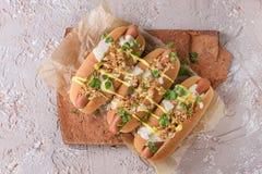 Hotdoge mit Käsesoße und -senf Stockfotos