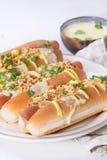 Hotdoge mit Käsesoße und -senf Stockbild
