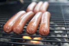 Hotdogs auf dem Grill lizenzfreie stockbilder