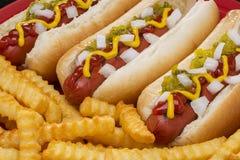 Hotdogs in Broodjes en Frieten worden geroosterd die Royalty-vrije Stock Foto's