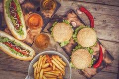 Hotdogs, burgers, bier, snel voedsel, exemplaarruimte royalty-vrije stock foto's