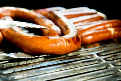 Hotdogs die op de openluchtgrill sissen Stock Afbeelding
