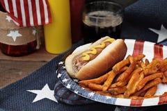 Hotdogs e fritadas Fotografia de Stock