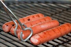 Hotdogs en tang Royalty-vrije Stock Foto's