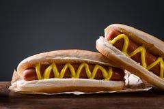 Hotdogs i förgrund Arkivfoton