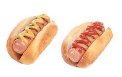 Hotdogs med senap och ketchup. royaltyfria bilder