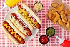 Hotdogs met aardappelwiggen, boven scène op gecontroleerde doek royalty-vrije stock foto's