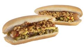 Hotdogs met uien en komkommer Stock Afbeelding