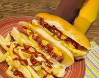 Hotdogs och chiper Arkivfoto