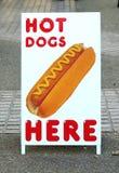 Hotdogs voor verkoopteken Stock Foto's