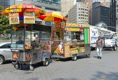 Hotdogverkäufer auf Manhattan-Straße Stockbild