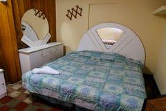 从hote的屋子的大床 免版税库存照片