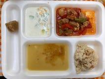 Hote blanc de ` de la table d de plateau de nourriture avec la soupe à lentille de repas, le chiche-kebab, le Tzatziki Cacik et l photos stock