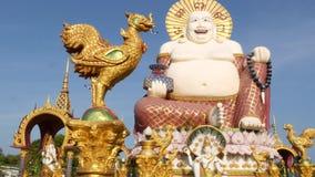 Hotei-Statue außerhalb des buddhistischen Tempels Traditionelle glückliche Hotei-Skulptur gelegen im Yard des Buddhismusschreins  stock footage