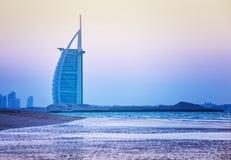 Hotel árabe del Al de Burj en la playa de Jumeirah en Dubai Foto de archivo libre de regalías