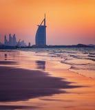 Hotel árabe del Al de Burj en la playa de Jumeirah en Dubai Imágenes de archivo libres de regalías