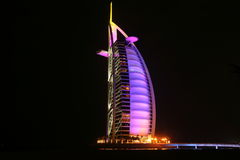 Hotel árabe do al de Burj na noite Fotos de Stock