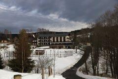 Hotel ?ert?v Mlýn, Cloudes en bomen, de winterlandschap in Šumava in Železná Ruda, Tsjechische republiek stock afbeelding