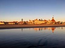 金黄日落在加利福尼亚给历史的Hotel台尔科罗纳多加热 免版税库存图片