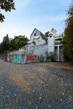 Hotel abandonado con la pintada fotografía de archivo libre de regalías