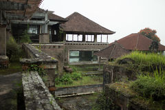 Hotel abandonado e misterioso Bedugul Taman na névoa indonésia Fotografia de Stock Royalty Free