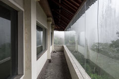 Hotel abandonado e misterioso Bedugul Taman na névoa indonésia Foto de Stock Royalty Free
