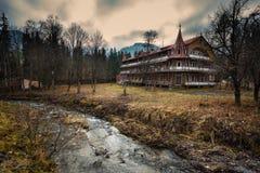 Hotel abandonado en el pueblo de Zdiar en las altas montañas de Tatra Fotos de archivo libres de regalías
