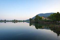 Hotel abbandonato nel lago Kaiafas, il peloponneso occidentale - Grecia fotografia stock libera da diritti