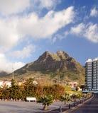 Hotel accanto ad una montagna immagine stock
