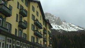 Hotel affascinante al piede delle dolomia, popolare fra la località di soggiorno di montagna dei turisti stock footage