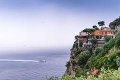 Hotel al borde de la monta?a, con objeto de las nubes de lluvia del mar sobre Sorrento hermoso, bah?a de la meta en Italia, viaje fotos de archivo libres de regalías