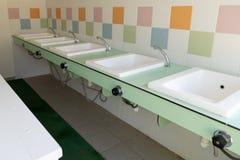 Hotel all'aperto sanitario verde di campeggio dei lavandini pubblici immagine stock