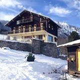 Hotel alpino adornado agradable del estilo en las montañas francesas, Francia Fotos de archivo libres de regalías