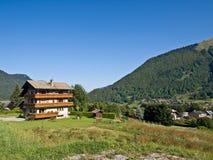 Hotel alpino di corsa con gli sci Immagine Stock