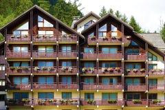Hotel alpino europeo del chalet della stazione sciistica, vista frontale Fotografie Stock Libere da Diritti