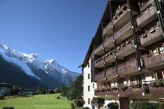 Hotel alpino europeo del chalet dello sci, vista delle alpi nella distanza, spazio della copia Fotografia Stock Libera da Diritti