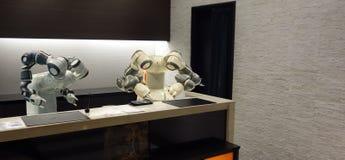 Hotel astuto nell'industria 4 di ospitalità 0 concetti, l'assistente del robot del robot del receptionist in ingresso dell'hotel  immagini stock libere da diritti