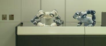 Hotel astuto nell'industria 4 di ospitalità 0 concetti, l'assistente del robot del robot del receptionist in ingresso dell'hotel  fotografia stock