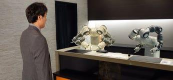 Hotel astuto nell'industria 4 di ospitalità 0 concetti, l'assistente del robot del robot del receptionist in ingresso dell'hotel  fotografia stock libera da diritti