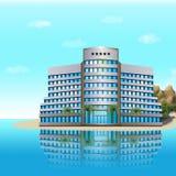 Hotel auf dem Meer mit Palmen, Berge Lizenzfreie Stockfotografie