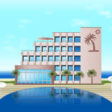 Hotel auf dem Meer mit Palmen, Berge Stockfotos