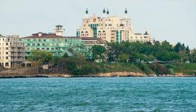 Hotel auf dem Strand in der Stadt von Pomorie in Bulgarien Lizenzfreie Stockbilder