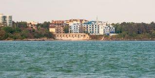 Hotel auf dem Strand in der Stadt von Pomorie in Bulgarien Lizenzfreies Stockfoto