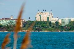 Hotel auf dem Strand in Pomorie, Bulgarien Lizenzfreie Stockbilder