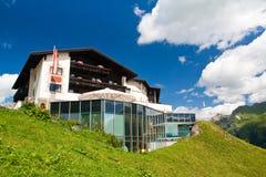 Hotel auf einem grünen Hügel Stockfotografie