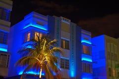 Hotel azul del art déco de la noche en playa del sur Imagen de archivo libre de regalías